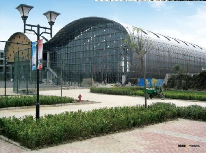 钢结构玻璃房作用: 钢结构玻璃房对于创意、大小和造型没有任何限制,所有的建筑物,从简单的安装阳台玻璃到跨楼层的玻璃装置,都可以实现,因为钢的抗压性能好,其高稳定性决定其也可以适用于大面积的建筑物。由于其可视面宽广,增加了室内的亮度;在极端的气候条件下也能达到良好的光线充足、隔热、隔音效能。享受现代化的自然专业的钢结构玻璃房形状各异,设计新颖。 制作钢结构玻璃房可以选择单、双层钢化玻璃,之所以要选择钢化玻璃,是由于钢化玻璃比普通玻璃更不易伤人,另外双层钢化玻璃在坚固和隔热方面具有很大的优势。