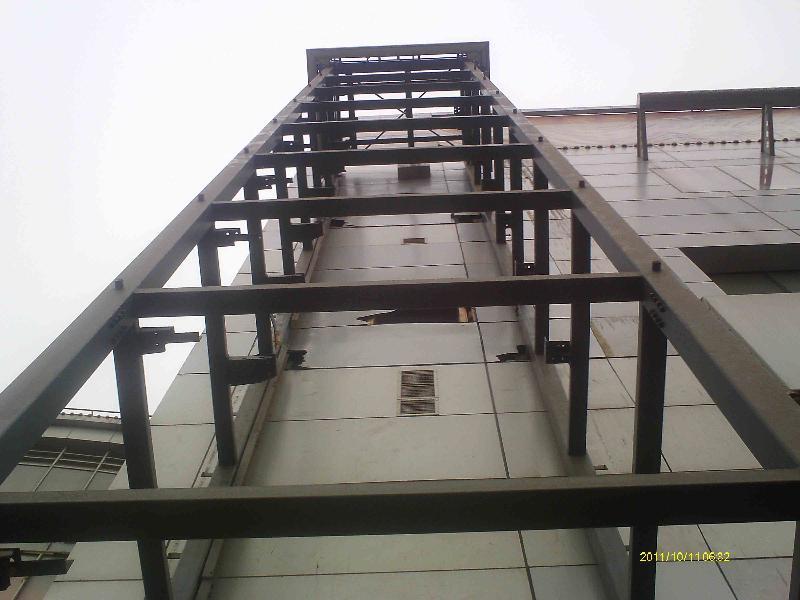 由上海彬煌钢结构有限公司承建的外挂式钢结构电梯井架日前全部竣工!